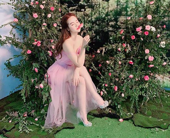 Huyền Lizzie xinh như công chúa giữa khóm hoa hồng.