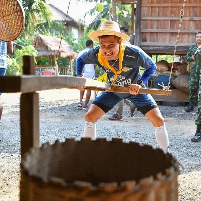 <p> Xay gạo cũng là một trong những hoạt động trải nghiệm thú vị với tân binh.</p>