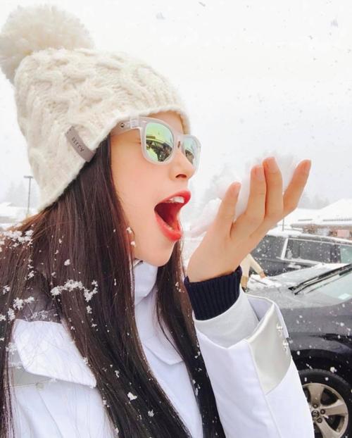 Thời gian rảnh rỗi, Phạm Hương đi trượt tuyết xả stress. Tại Mỹ, cô và mẹ cũngthường xuyên cùng nhau đi du lịch, khám phá những vùng đất mới.