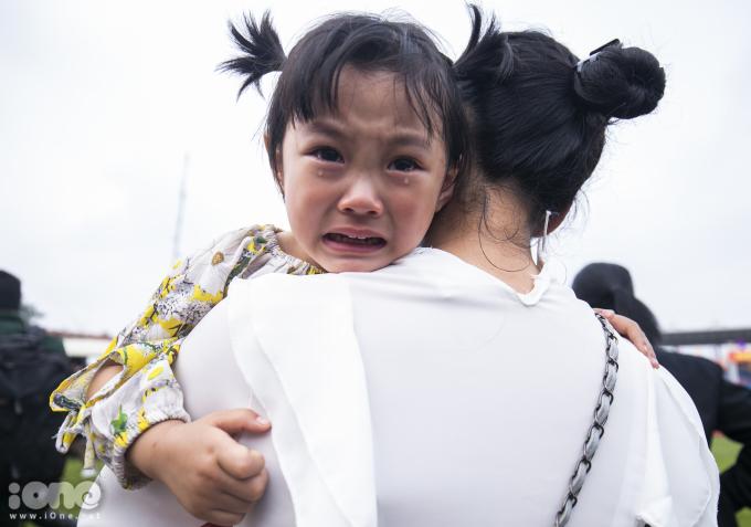<p> Cô con gái khóc khi phải xa bố.</p>