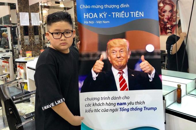 <p> Chương trình cắt tóc của anh Tuấn Dương thu hút đông đảo sự chú ý của người dân. Có người đến vì tò mò nhưng đa phần họ đều quyết định thử một lần khác biệt. Chi phí để thực hiện kiểu đầu của vị tổng thống Mỹ Donald Trump là một triệu đồng và mất một giờ để hoàn thành. Trong khi đó, kiểu đầu của Chủ tịch Triều Tiên chỉ mất 5 phút cắt và tạo kiểu, chi phí là 200 nghìn đồng.</p>