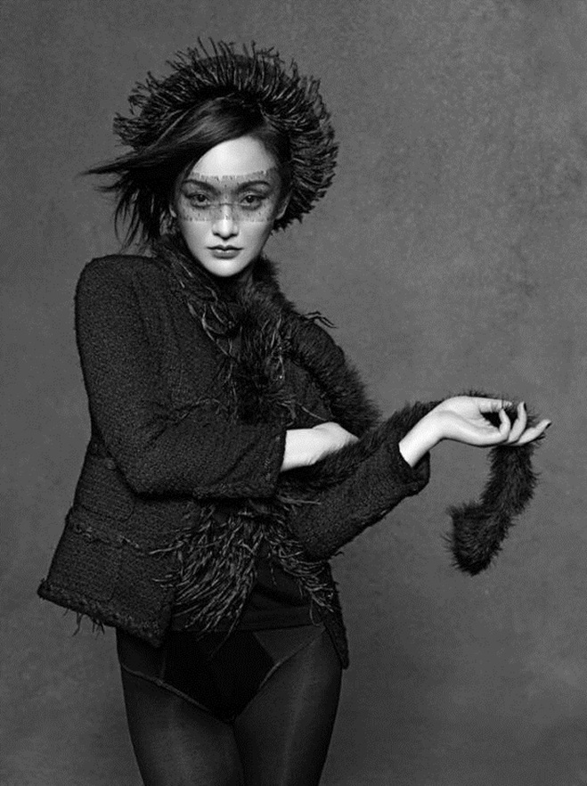 """<p> Tháng 10/2011, Châu Tấn chính thức trở thành gương mặt đại diện của Chanel tại Trung Quốc sau 5 năm ròng rã cống hiến. Sau 7 năm, vị trí này vẫn là duy nhất. Karl nổi tiếng khó tính nhưng vẫn không tiếc khen ngợi """"nàng thơ châu Á"""" của Chanel: """"Châu Tấn là sự kết hợp tuyệt vời của Coco Chanel và nghệ sĩ ballet Zizi Jeanmaire. Khuôn mặt thanh tú của người đẹp chính là biểu tượng cho sự quyến rũ""""; """"Thế giới biến đổi chưa từng ảnh hưởng tới bước chân của Châu Tấn, cô ấy có đủ kiên nhẫn, cũng có đủ tự tin, kiên định làm những việc mà cô ấy cho là quan trọng"""". Chính ông từng tự tay chụp hình cho Châu Tấn trong loạt ảnh trên tạp chí cũng như gửi tặng nhiều món quà đặc biệt thể hiện sự yêu mến chân thành đến nữ diễn viên.</p>"""