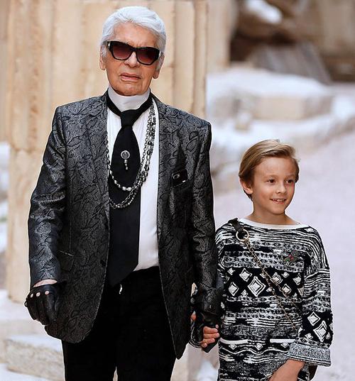 Karl Lagerfeld và con trai nuôi trong show Chanel Cruise 2018.