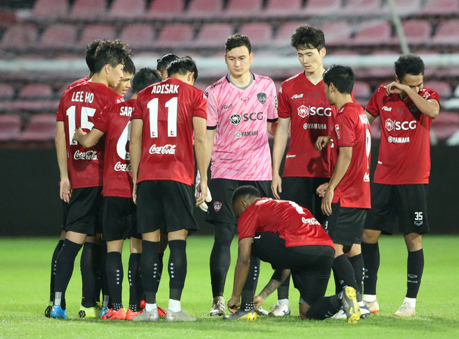 <p> Khoác lên mình màu áo hồng của Muangthong United, Đặng Văn Lâm nổi bật trên sân cỏ.</p>