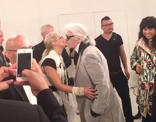Nhận xét về CL, Karl Lagerfeld dành nhiều lời khen ngợi:CL thật xinh đẹp. Bạn không thể rời mắt khỏi cô ấy được.