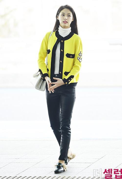 Cách kết hợp của người đẹp cùng áo cổ lọ, quần skinny và giày lót lông cũng khiếnSeol Hyun trông khá bình dân.