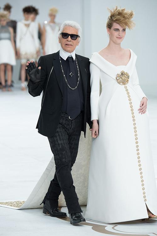Trong show Thu Đông Haute Couture 2014, Lagerfeld tay trong tay với một bà bầu 7 tháng ra chào khán giả. Đây là một khung cảnh ấn tượng và chưa từng có trong các chương trình của Chanel. Người mẫu diện chiếc váy bầu dáng crepe với áo choàng, thêu họa tiết thổ cẩm viền dọc thân váy rất sang trọng.