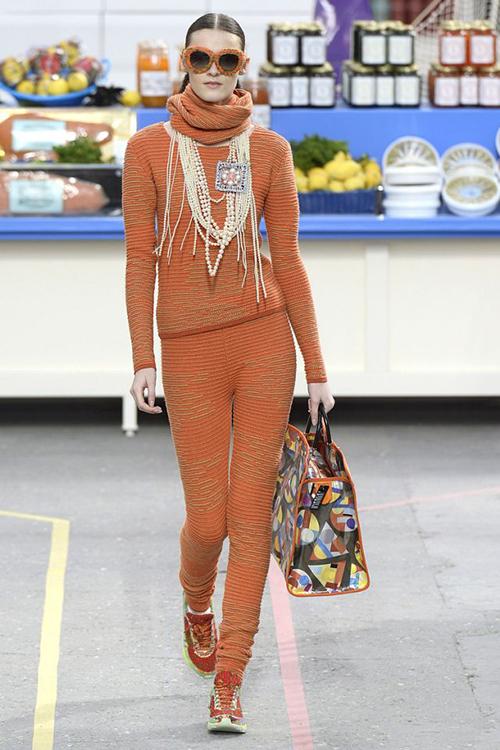 Vòng cổ ngọc trai nhiều lớp cũng là một món đồ mang đặc trưng phong cách bà hoàng Chanel. Lagerfeld đã giúp món trang sức vốn quá cổ điển và sang trọng này có thể kết hợp rất nhuần nhuyễn cùngnhững trang phục hiện đại. Vòng ngọc trai trở thành một món đồ rất chic, chỉ cần nhìn là nhận diện được ngay thương hiệu nước Pháp.