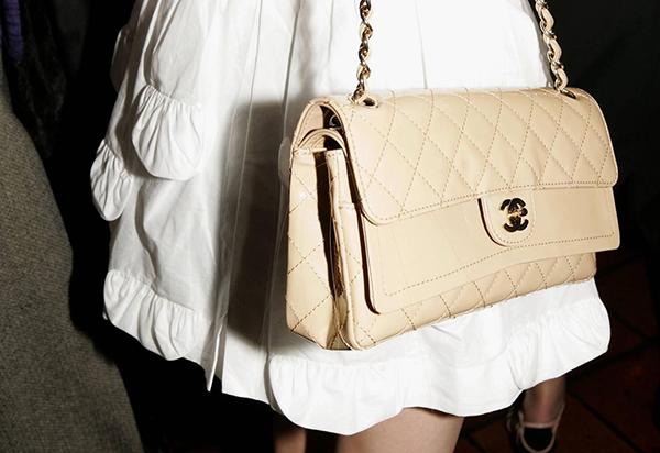 Logo của Chanel là hai chữ C lồng vào nhau, đây cũng là một trong những biểu tượng nổi tiếng và dễ nhận biết nhất thế giới. Nhiều người cho rằng hai chữ C đại diện cho Coco Chanel - người sáng lập của hãng. Một số lại cho rằng Château de Crémat in NiceTuy nhiên nếu không có Lagerfeld, logo này có thể đã không đình đám đến vậy. Khi bắt đầu làm việc cho Chanel vào năm 1983, bố già đã đưa logo lên toàn bộ hàng may mặc và phụ kiện, giúp nó được quảng bá rộng rãi. Nhiều người cho
