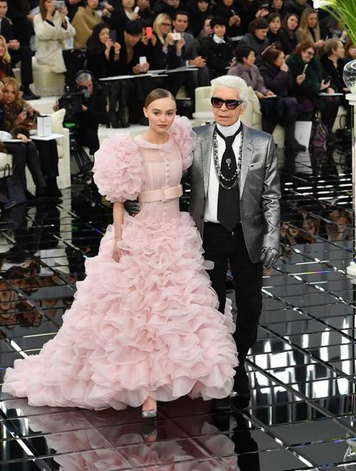 Cảnh kết của show Xuân Hè 2017, khi Lagerfeld xuất hiện trên sân khấu chào khán giả cùng nàng thơ Lily-Rose Depp, khiến các khán giả vỗ tay không ngớt và không khỏi trầm trồ. Chiếc váy hồng xếp tầng bồng bềnh được nhiều tạp chí thời trang khen ngợi là một trong những thiết kế ấn tượng nhất của Lagerfeld. Lily-Rose Depp là con gái của Johnny Depp cùng Vanessa Paradis - một cựu người mẫu của Chanel.