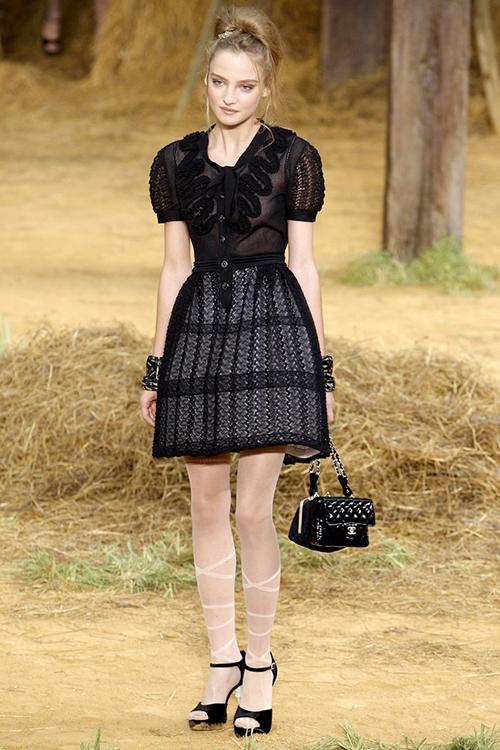 Tín đồ thời trang có thể sắm những chiếc váy đen huyền thoại từ BST Xuân Hè 2010 và cả chục năm sau vẫn không lo chuyện lỗi mốt.