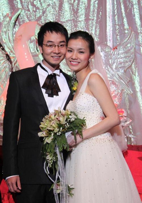 Tài sắc vẹn toàn, Thùy Lâm không tận dụng sức nóng của danh hiệu để phát triển sự nghiệp ca hát, diễn xuất. Năm 2010, cô gây bất ngờ khi tuyên bố lên xe hoa cùng Tiến sĩ Kinh tế Nguyễn Anh Tuấn. Ở thời điểm này, Thùy Lâm rút lui hoàn toàn khỏi showbiz, đảm nhận thiên chức làm mẹ, làm vợ. Sau 9 năm chung sống, hôn nhân của Thùy Lâm viên mãn. Cô sinh cho chồng hai con: một bé trai và một bé gái.