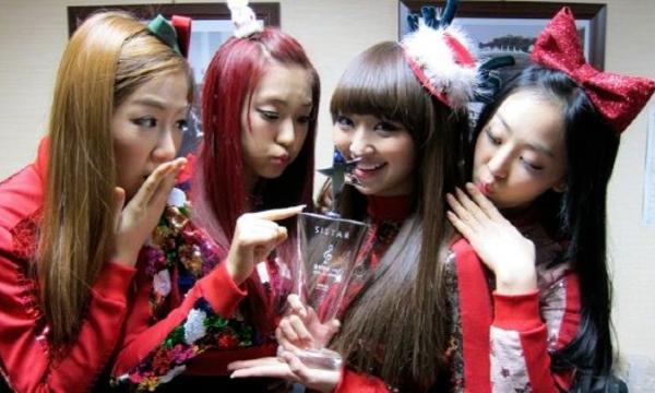 Cúp đầu của Sistar có được là tại showMusic Bank ngày 17/12/2010 với How Dare You. Các cô gái nhà Starship tận hưởng chiến thắng đầu tiên sau 196 ngày ra mắt.