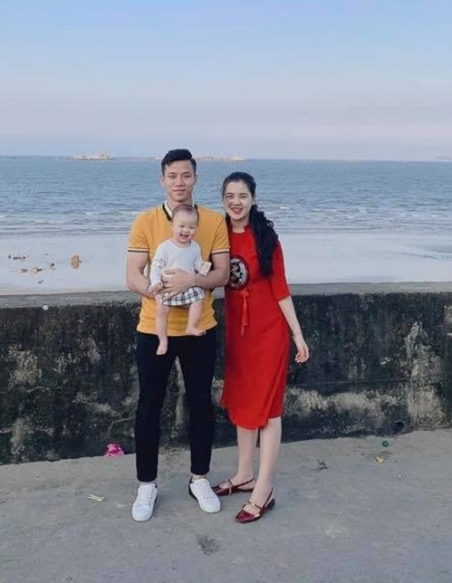 <p> Chiếc áo vàng được Quế Ngọc Hải mặc khi chụp ảnh cùng gia đình từ mùng 1 Tết...</p>