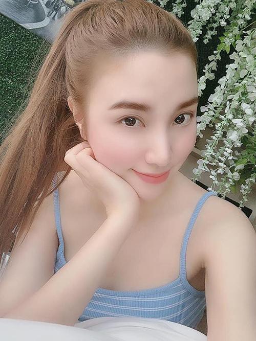 Hạnh Sino chụp hình ảo diệu khoe làn da trắng hồng không tì vết.