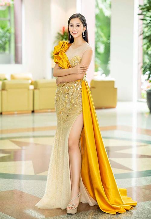Tiểu Vy xinh đẹp miễn chê nhưng diện bộ váy bị chê sến sẩm.