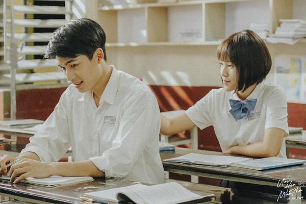 Hình ảnh tinh nghịch đáng yêu thời học sinh của hai nhân vật trong phim.