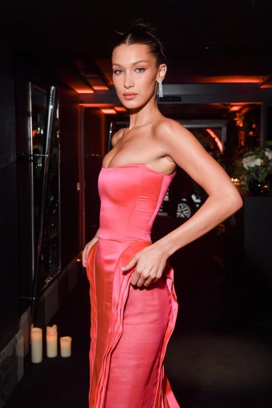 Bella Hadid là một trong những người mẫu, IT Girls nổi tiếng nhất làng mốt. Tại Tuần lễ thời trang Milan năm ngoái, cô đã trình diễn cho những show đình đám như Missoni, Versace, Roberto Cavalli, Fendi. Năm nay, cô nàng được dự đoán là sẽ rất đắt show bởi đang được nhiều nhà mốt ưu ái.