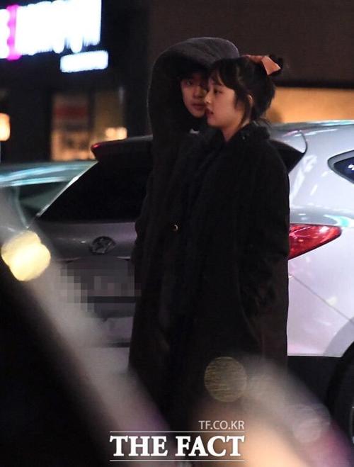 Jo Byung Gyu và Kim Bora bị phóng viên The Fact bắt gặp hẹn hò.