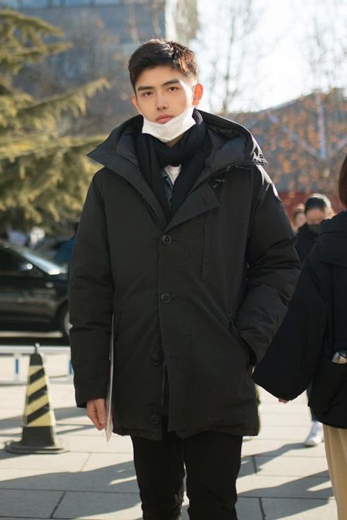 Nam diễn viên Trần Phi Vũ xuất hiện tại Học viện Điện ảnh Bắc Kinh để  tham dự kỳ thi vào khoa biểu diễn. Anh chàng đeo khẩu trang, ăn mặc giản  dị nhưng vẫn thu hút nhiều sự chú ý, thân hình cao ráo nổi bật giữa các  thí sinh.