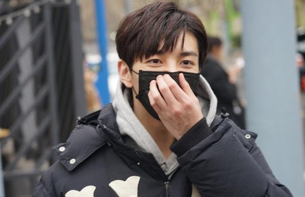 Trương Hạo Liêm, con trai của cặp diễn viên Hồng Hân - Trương Đan Phong, tham gia kỳ thi tuyển sinh của Học viện Hý kịch Thượng Hải. Mới 17 tuổi nhưng Trương Hạo Liêm đã ký hợp đồng với công ty YueHua chờ ngày debut. Anh chàng vừa bận rộn thi cử vừa ghi hình cho chương trình âm nhạc All For One.