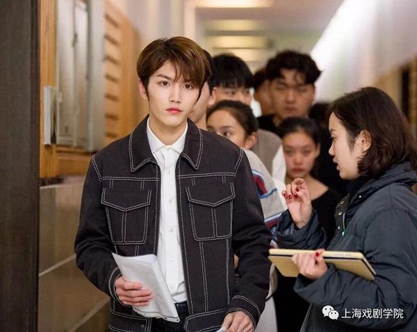 Nam ca sĩ Linh Siêu, sinh năm 2001, gây chú ý lớn khi xuất hiện tại  trường thi của Học viện Hý kịch Trung ương và Học viện Hý kịch Thượng  Hải. Thành viên nhóm ONER có ngoại hình điển trai, chiều cao 1,81m. Anh  chàng từng tham gia chương trình thực tế Idol Producer năm 2018, xếp thứ  15 chung cuộc.