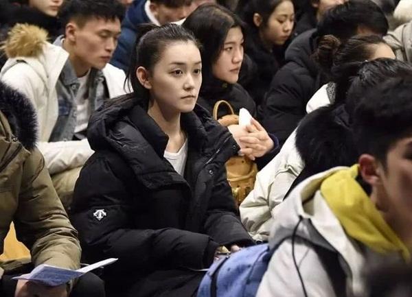 Tưởng Y Y mặc giản dị, cột tóc gọn gàng, nét mặt đầy nghiêm túc khi chuẩn bị bước vào kỳ thi.