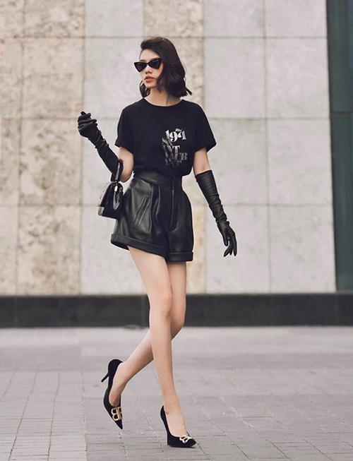 Jolie Nguyễn chứng minh ngôi Hoa hậu hàng hiệu bằng bộ cánh sang chảnh. Cô nàng khéo dùng các phụ kiện như găng tay, kính mắt để tăng đẳng cấp.