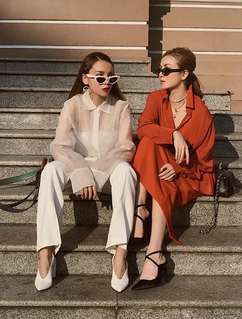 Hai chị em Yến Trang - Yến Nhi diện đồ mỗi người một màu nhưng trông vẫn rất ăn rơ nhờ cùng phong cách, lối mix phụ kiện.