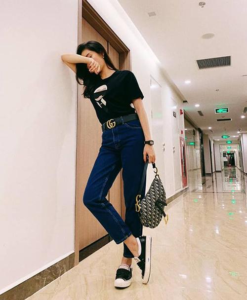 Bộ cánh của Huyền My trông đơn giản nhưng là hàng hiệu từ đầu đến chân, đến từ những thương hiệu đẳng cấp như Fendi, Dior, Gucci.