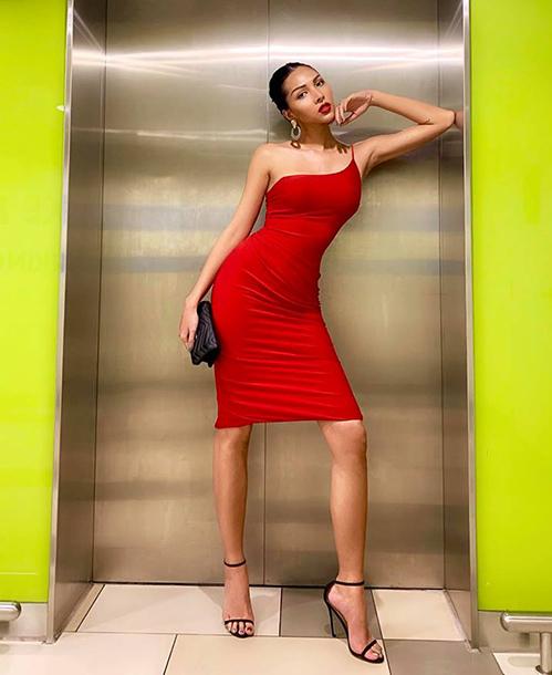 Minh Triệu tôn lên đường cong đáng mơ ước với chiếc váy đỏ rực bó sát thân hình.