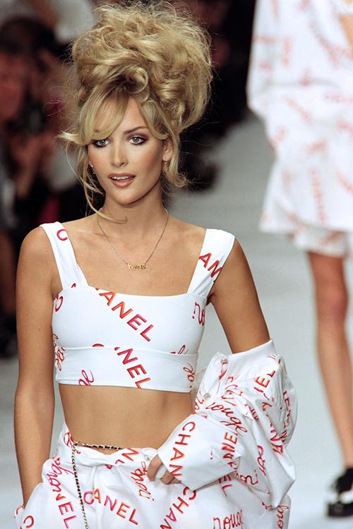 Người mẫu trong BST Xuân Hè 1996 được diện những mẫu croptop gợi cảm, in logo thương hiệu đầy trẻ trung và được ưa chuộng suốt hàng chục năm sau.