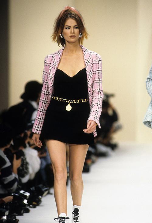Bước sang thập niên 90, Lagerfeld cũng có những sự thay đổi mạnh mẽ cho nhà mốt nước Pháp. Các kiểu trang phục thanh lịch nhưng khá cứng nhắc được phát triển thành những phom dáng hiện đại hơn, giúp Chanel tiếp cận được cả với những đối tượng trẻ. Nhìn lại bộ sưu tập Xuân Hè 1994, có thể thấy đây cũng chính là những kiểu mốt rất được giới trẻ yêu thích bây giờ.