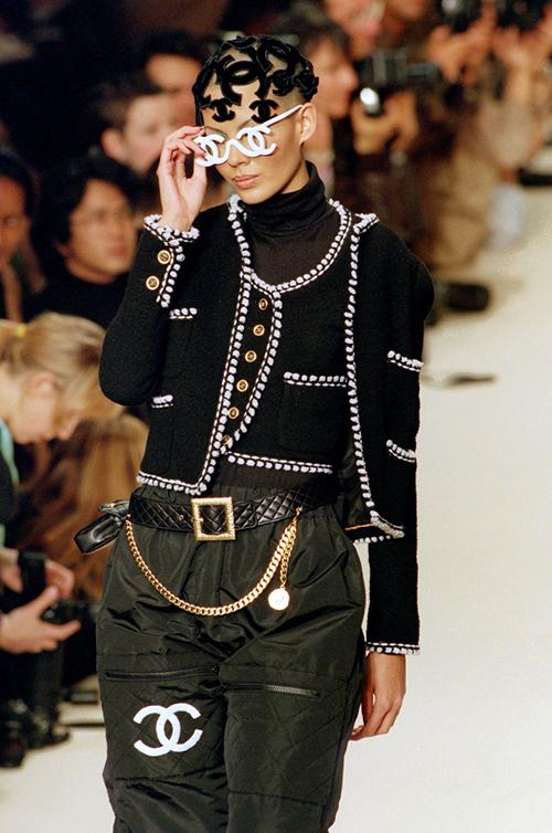 Điều ấn tượng của Chanel là những bộ sưu tập ra mắt hàng chục năm trước trông vẫn chẳng khác gì mới hôm qua. Nhiều tín đồ thời trang hẳn sẽsẵn sàng chi tiền để sở hữu cả bộ cánh mà người mẫu đang mặc trong BST Thu Đông 1994.