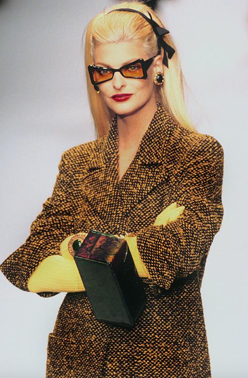 Sắm một món đồ từ năm 1995 nhưng đến gần 25 năm sau vẫn có thể diện đẹp, đó là một trong những lý do đồ Chanel rất đắt đỏ, bên cạnh việc có chất liệu thượng hạng.