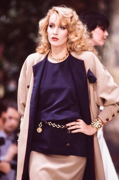 Những năm đầu thiết kế cho Chanel, Lagerfeld mang những món đồ gắn bó với Coco Chanel một thời như đồ vải tweed, váy áo dáng suông thoải mái, những món trang sức mạ vàng xa xỉ... hot trở lại. Trong hình là một mẫu thuộc BST Haute Couture 1985.