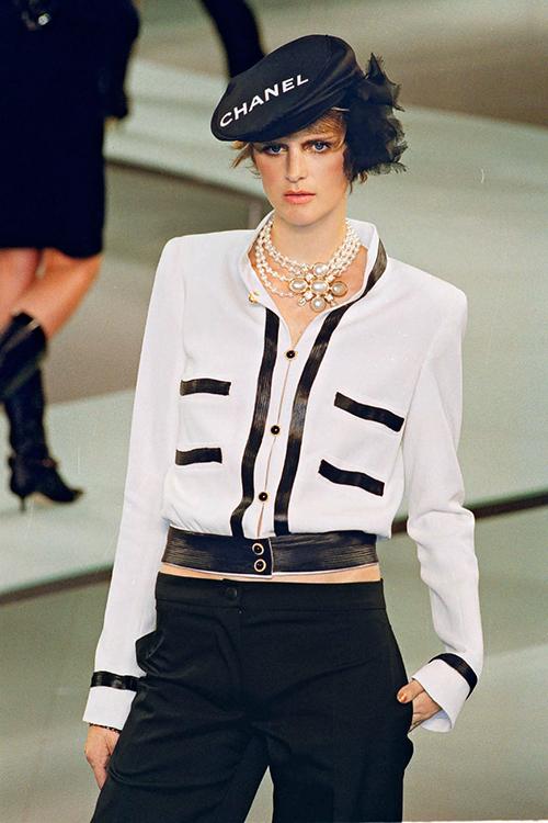 Các sàn diễn của Chanel ngày càng được đầu tư công phu, những thiết kế liên tục đắt khách sau khi ra mắt dù có giá hàng chục triệu đồng.