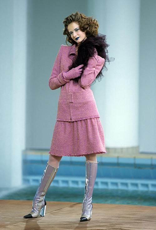 Bước sang những năm 2000, Lagerfeld tiếp tục mang đến sự thay đổi mạnh mẽ cho Chanel. Trên nền các chất liệu, phom dáng đã thành đặc trưng, ông sáng tạo ra những cách kết hợp cùng phụ kiện mang cảm hứng tương lai, điều mà các cô gái trẻ khi bước sang thiên niên kỷ mới đều hứng thú.