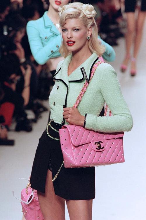 BST Xuân Hè 1995 cho đến nay vẫn là một trong những bộ sưu tập để lại nhiều khoảnh khắc ấn tượng cho Chanel. Những chiếc áo khoác croptop phá cách, những chiếc váy quấn trẻ trung, hàng loạt món phụ kiện statement nổi bật toát lên vẻ sang chảnh không hề lỗi mốt sau hơn 20 năm. Thậm chí, đây cũng chính là những xu hướng hot nhất của năm 2019.