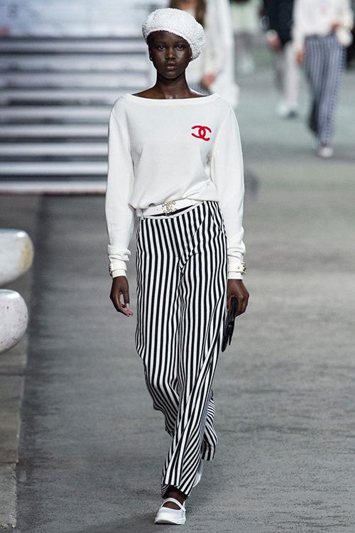 36 năm cống hiến miệt mài, sức sáng tạo của Lagerfeld gần như chưa bao giờ dừng lại và vẫn luôn chiều lòng được những khách hàng khó tính. Những món đồ như áo cánh dơi, áo lệch vai, quần shorts ống rộng, quần vải suông kẻ sọc... trong BST Cruise 2019 trông giống như trang phục của Chanel khi đi du lịch mùa hè vào những năm 80, nhưng chắc chắn hàng chục năm sau vẫn không lạc mốt.