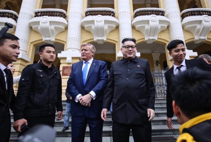 """<p> Một đội vệ sĩ được thuê để bảo vệ bộ đôi """"Trump - Kim"""".</p>"""