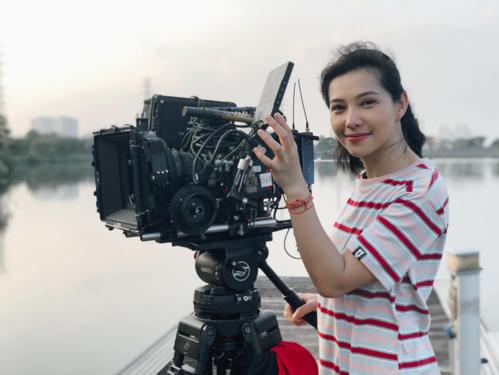 Nhớ lại thời điểm ghi hình cho bộ phim, Lưu Đê Ly hào hứng kể: Cả ekip làm việc cùng nhau tới tận đêm, chia cho nhau từng miếng bánh mì, bát cháo chống đói. Mệt mỏi nhưng không lúc nào ekip thiếu vắng tiếng cười.