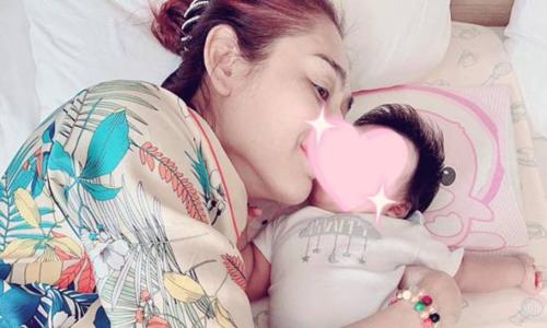 Lâm Khánh Chi hạnh phúc trong lần đầu làm mẹ.