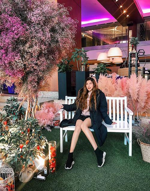 Trang Pháp diện áo phao dày cộp để chống chọi với thời tiết 0 độ ở Hàn Quốc, tuy nhiên cô nàng vẫn khoe chân trần nhiệt tình.