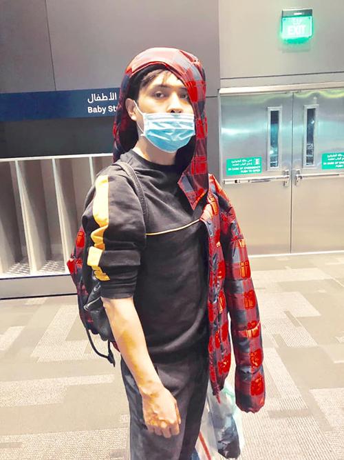 Hồ Quang Hiếu không ngại tự dìm hàng bằng ảnh luộm thuộm ở sân bay.