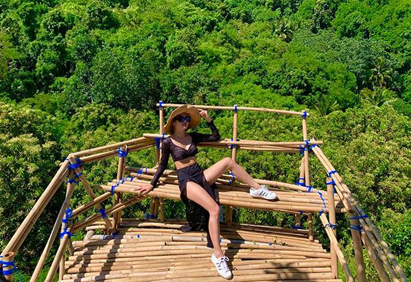 Phương Trinh Jolie khoe chân với quần xẻ táo bạo giữa trời nắng gắt ở Bali.