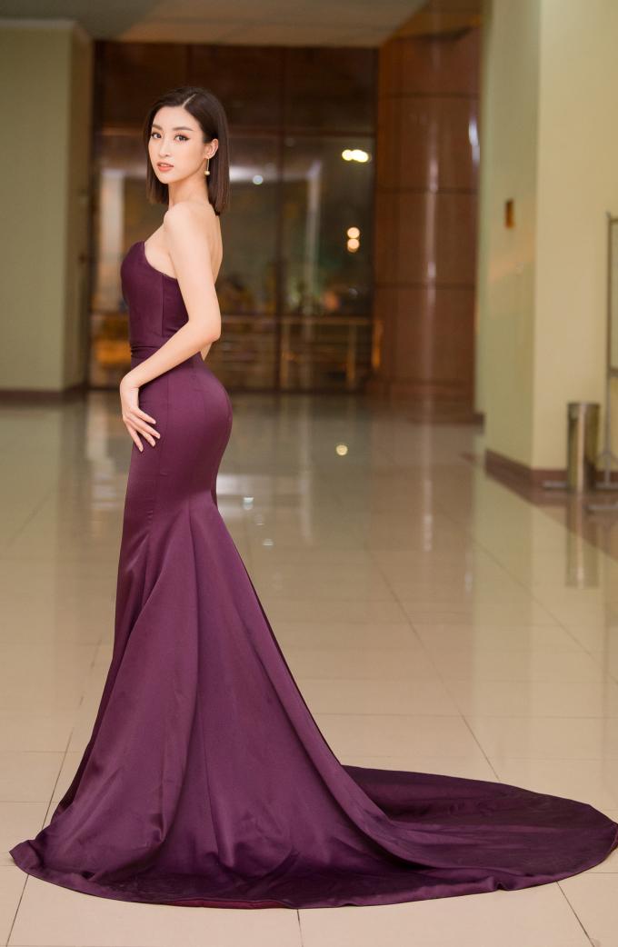 <p> Chiếc đầm khoe vai trần của NTK Đỗ Long giúp người đẹp khoe trọn ưu điểm ngực đầy, eo thon.</p>