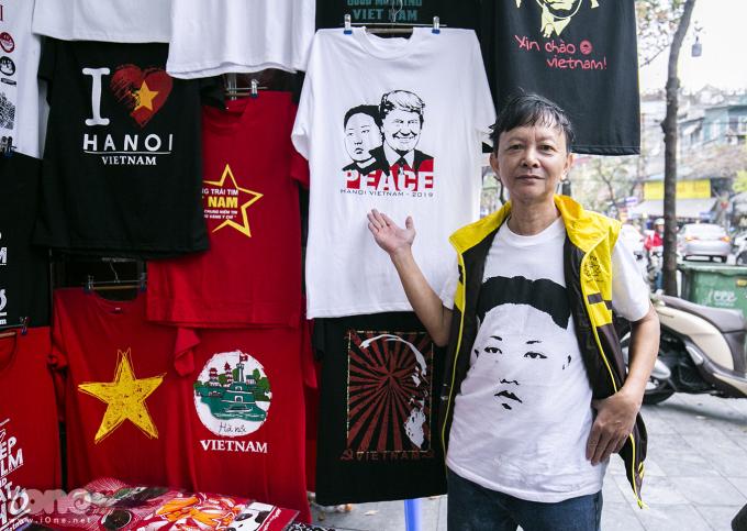 <p> Ông Trương Thanh Đức (56 tuổi, Hàng Bông, Hà Nội) là người có ý tưởng in hình Tổng thống Donald Trump và Chủ tịch Kim Jong-un lên trên áo trước thềm Hội nghị thượng đỉnh Mỹ - Triều diễn ra tại Hà Nội những ngày tới.</p>