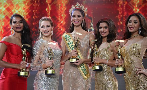 Claira (thứ hai từ trái sang) từng thay Garcia (đứng giữa) đảm nhận sứ mệnh của Miss Grand International 2015.