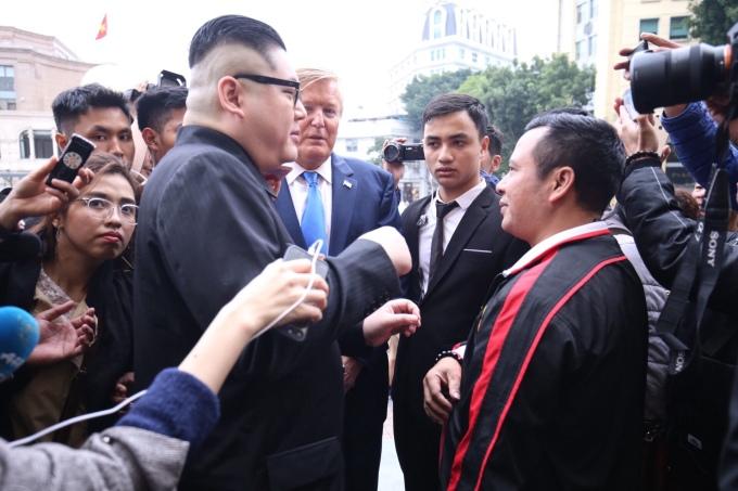 """<p> Người đàn ông áo đỏ trong hình tiến đến xin chụp chung, nhưng cặp """"nguyên thủ giả"""" này từ chối.</p>"""